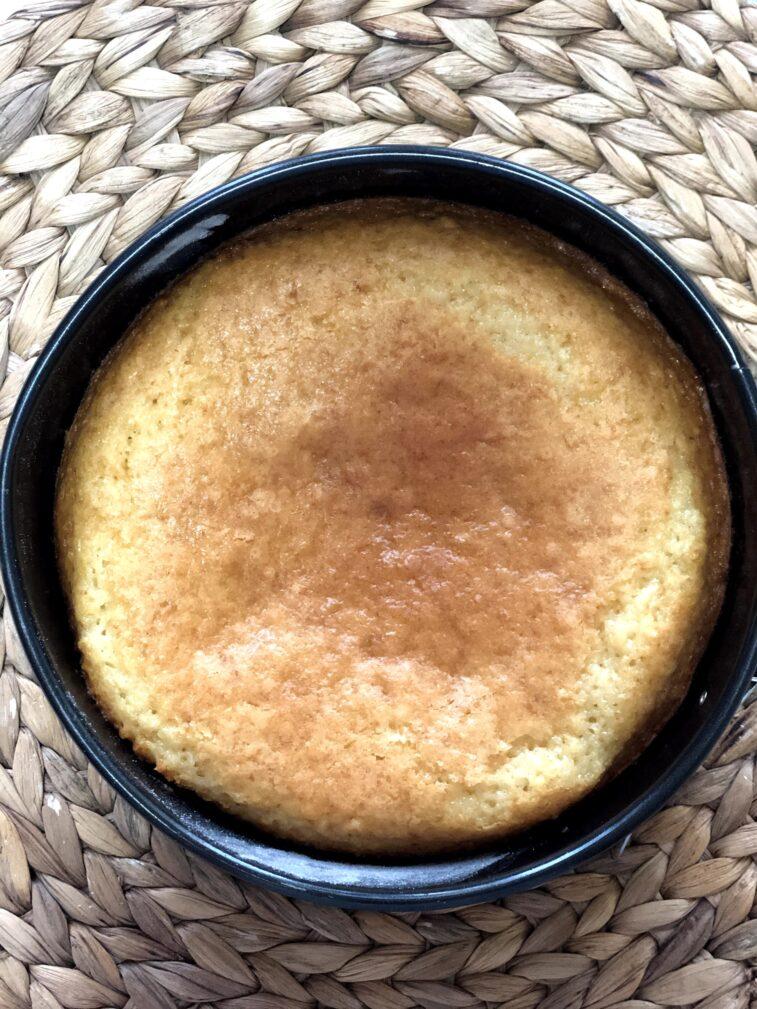 Фото рецепта - Сметанник со свежей смородиной (пирог-перевертыш) - шаг 9