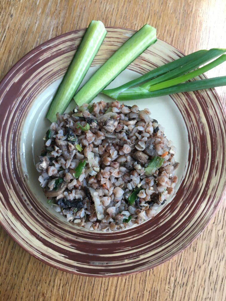 Фото рецепта - Гречневая каша с грибами и зеленым луком - шаг 3
