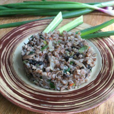 Гречневая каша с грибами и зеленым луком - рецепт с фото