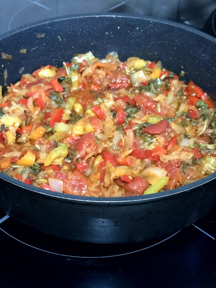 Фото рецепта - Соте из баклажанов, перца и томатов - шаг 8