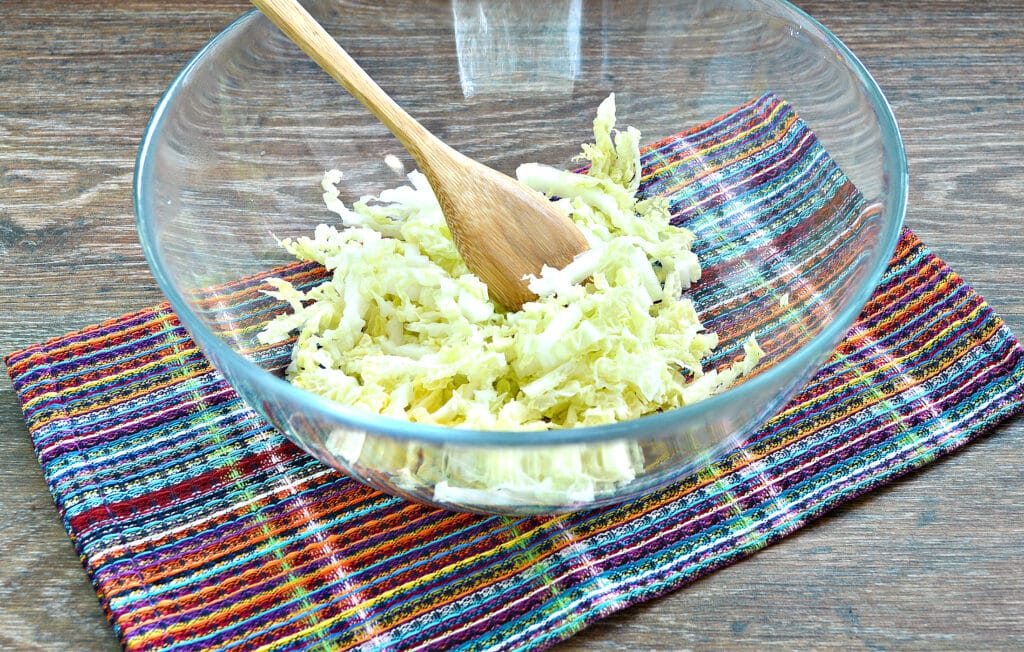 Фото рецепта - Салат из пекинской капусты с курицей и помидорами - шаг 1