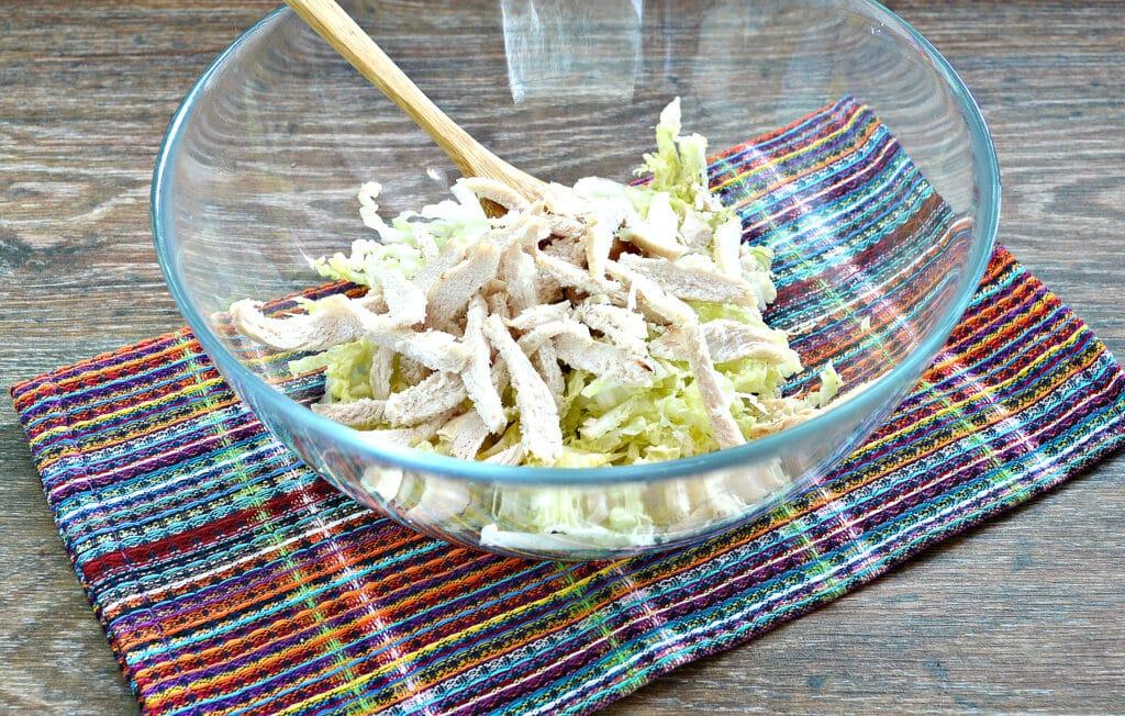 Фото рецепта - Салат из пекинской капусты с курицей и помидорами - шаг 2