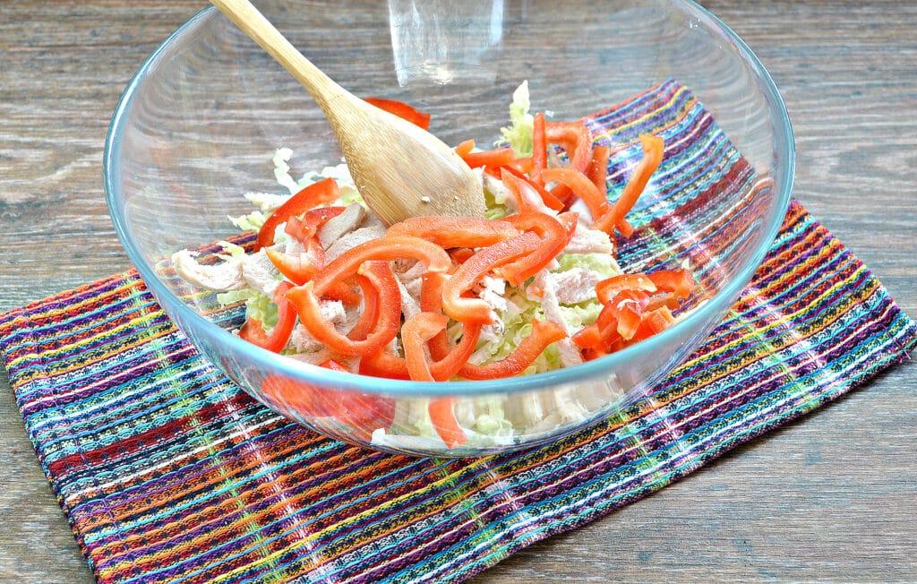 Фото рецепта - Салат из пекинской капусты с курицей и помидорами - шаг 3