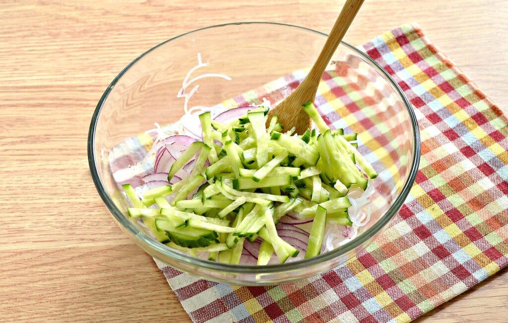 Фото рецепта - Салат с морковкой по-корейски и фунчозой - шаг 3