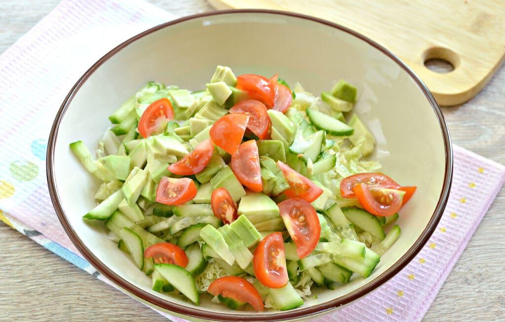 Фото рецепта - Салат с пекинской капустой, авокадо и черри - шаг 4