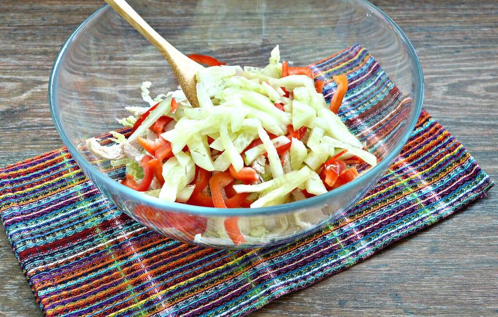 Фото рецепта - Салат из пекинской капусты с курицей и помидорами - шаг 4
