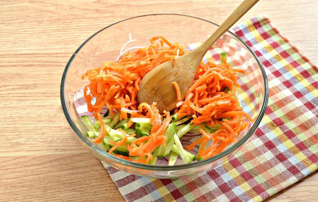 Фото рецепта - Салат с морковкой по-корейски и фунчозой - шаг 4
