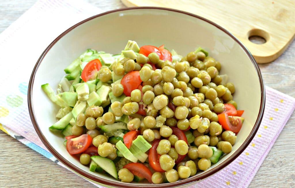 Фото рецепта - Салат с пекинской капустой, авокадо и черри - шаг 5
