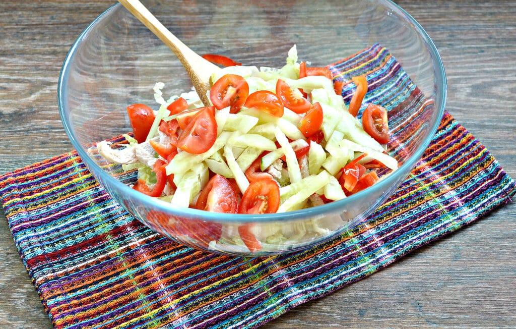 Фото рецепта - Салат из пекинской капусты с курицей и помидорами - шаг 5