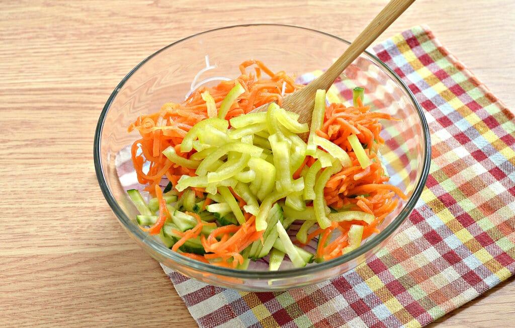 Фото рецепта - Салат с морковкой по-корейски и фунчозой - шаг 5