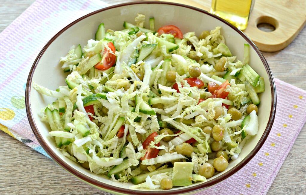 Фото рецепта - Салат с пекинской капустой, авокадо и черри - шаг 6