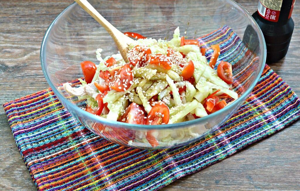 Фото рецепта - Салат из пекинской капусты с курицей и помидорами - шаг 6