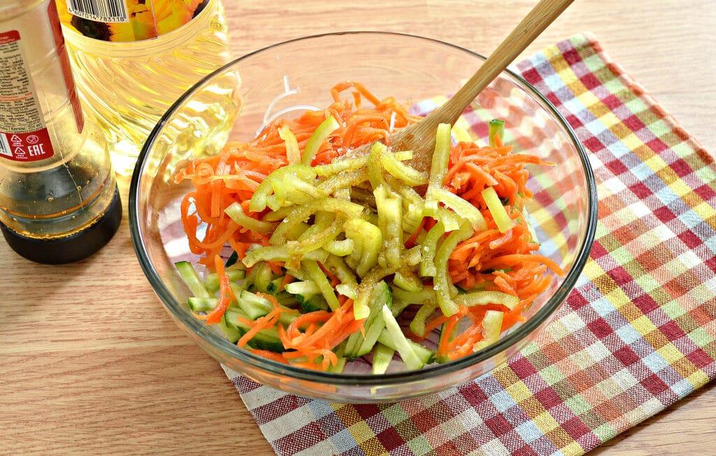 Фото рецепта - Салат с морковкой по-корейски и фунчозой - шаг 6