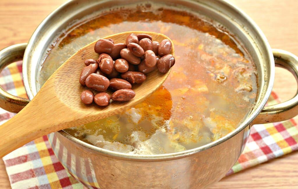 Фото рецепта - Щи на мясном бульоне с консервированной фасолью - шаг 6
