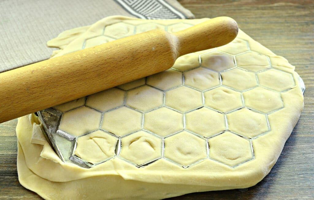Фото рецепта - Пельмени с формой-пельменницей - шаг 7