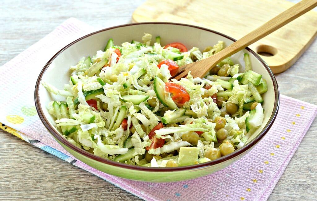 Фото рецепта - Салат с пекинской капустой, авокадо и черри - шаг 7