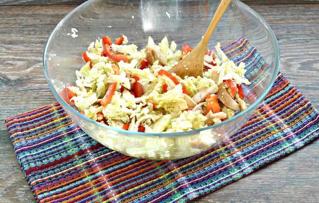 Фото рецепта - Салат из пекинской капусты с курицей и помидорами - шаг 7