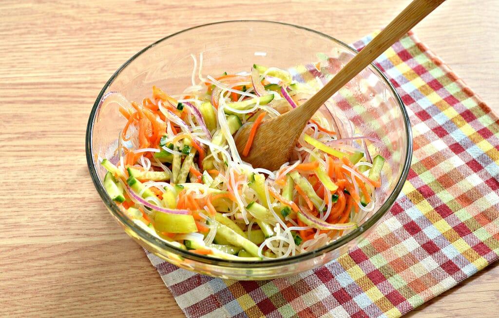 Фото рецепта - Салат с морковкой по-корейски и фунчозой - шаг 7