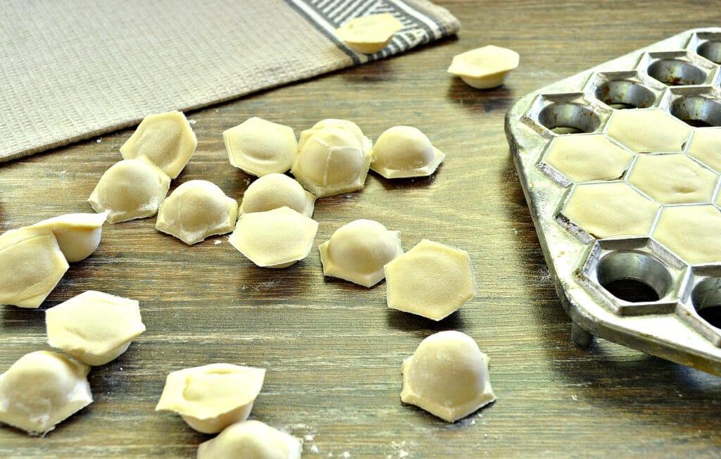 Фото рецепта - Пельмени с формой-пельменницей - шаг 8