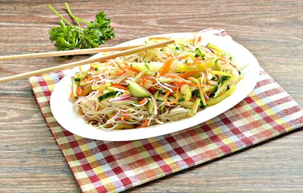 Фото рецепта - Салат с морковкой по-корейски и фунчозой - шаг 8
