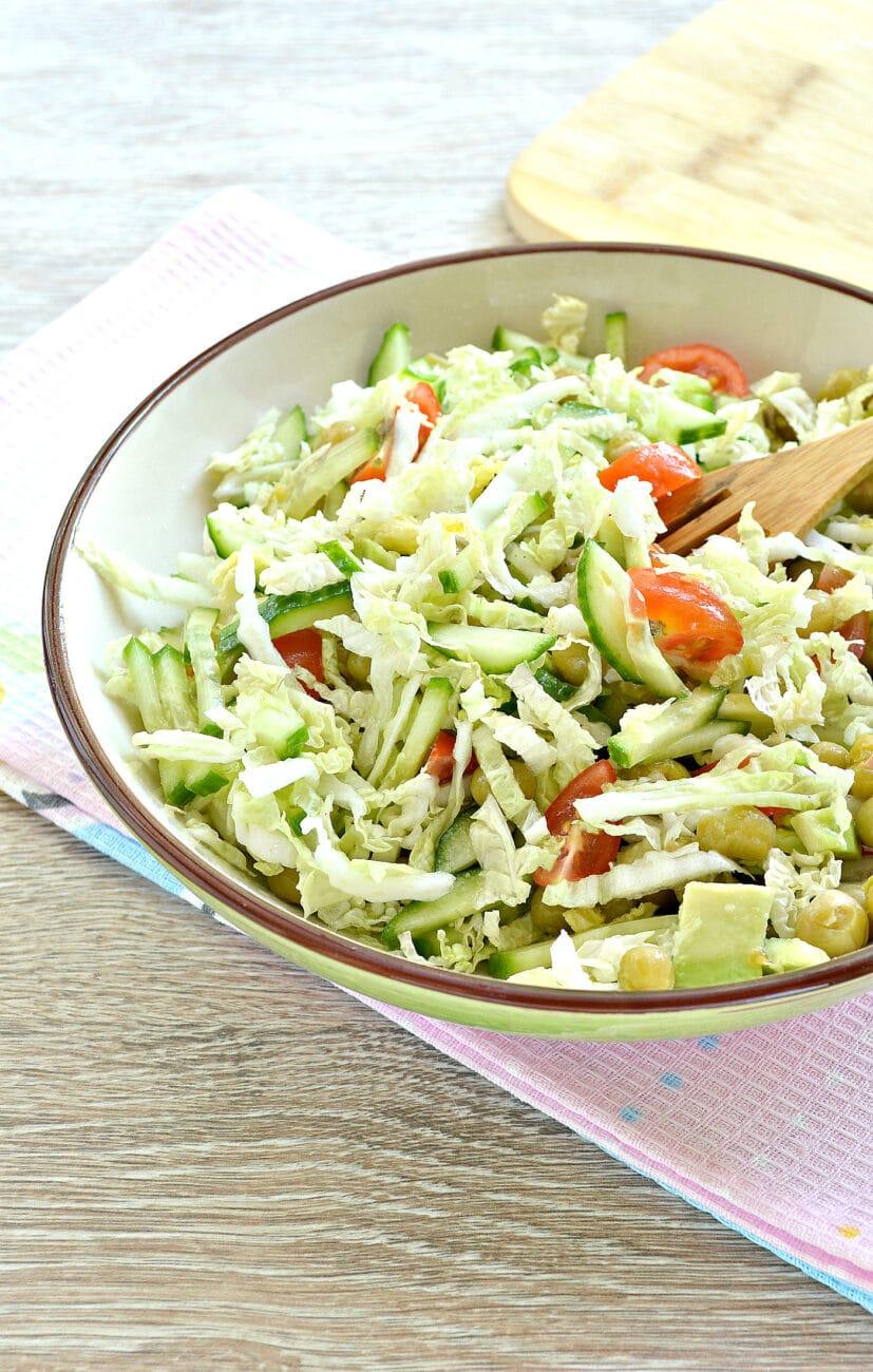 Салат с пекинской капустой, авокадо и черри
