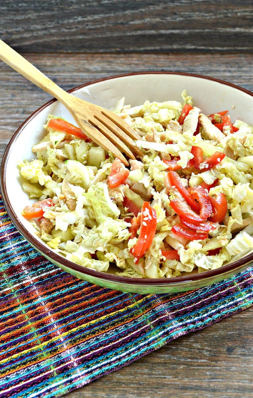 Салат из пекинской капусты с курицей и помидорами