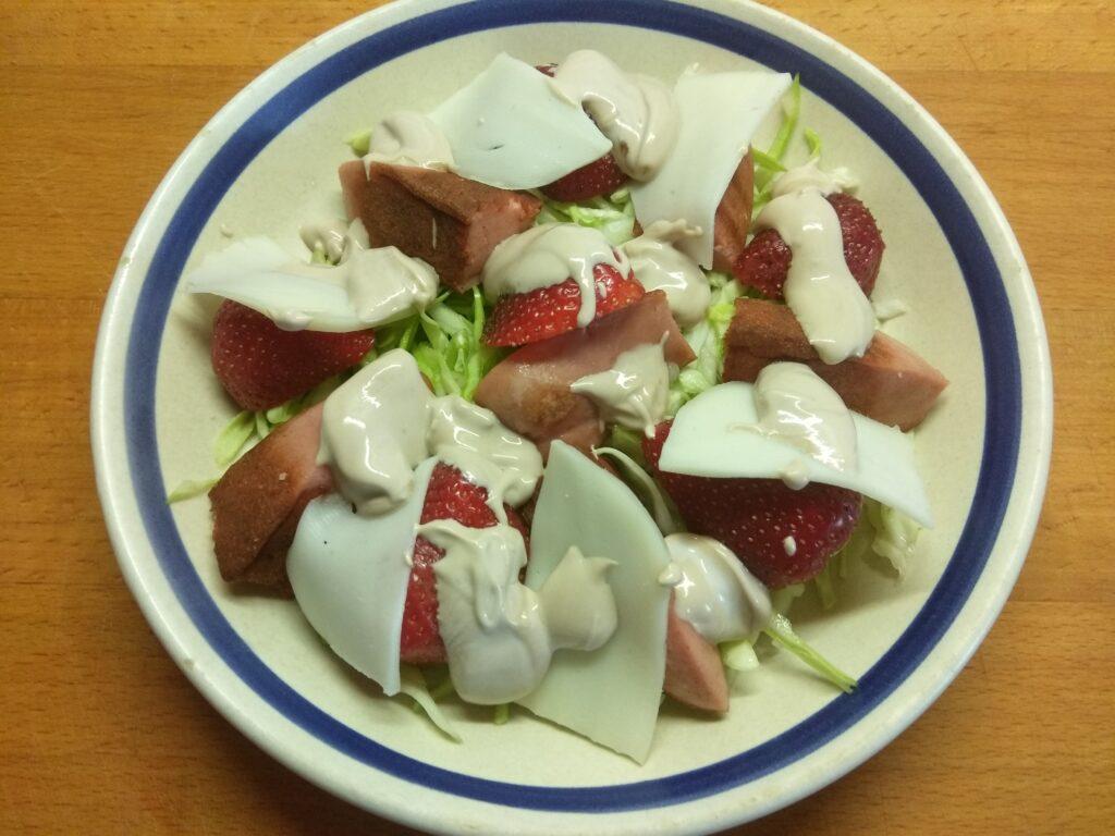 Фото рецепта - Салат с молодой капустой, клубникой и колбаской - шаг 6