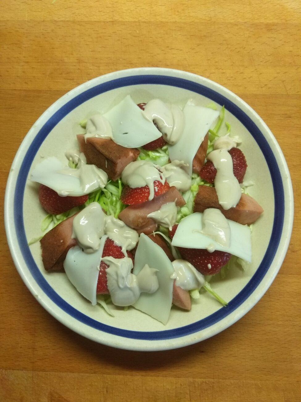 Салат с молодой капустой, клубникой и колбаской
