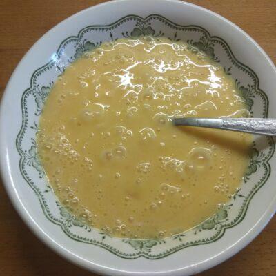 Фото рецепта - Омлет острый с сардельками и твердым сыром - шаг 1