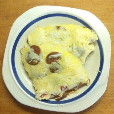 Омлет острый с сардельками и твердым сыром - рецепт с фото