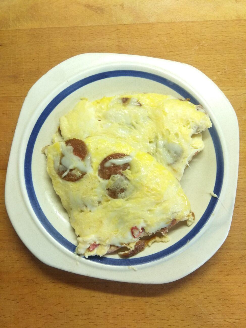 Омлет острый с сардельками и твердым сыром