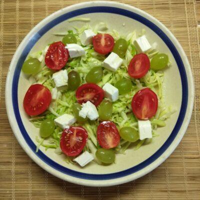 Салат с капустой, черри, виноградом и фетой - рецепт с фото
