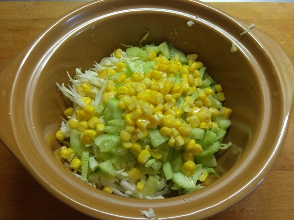 """Фото рецепта - Овощной салат """"Летняя свежесть"""" с черешней - шаг 3"""