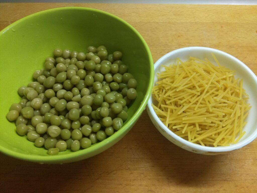Фото рецепта - Овощной суп с горошком, кабачками и макаронами - шаг 4