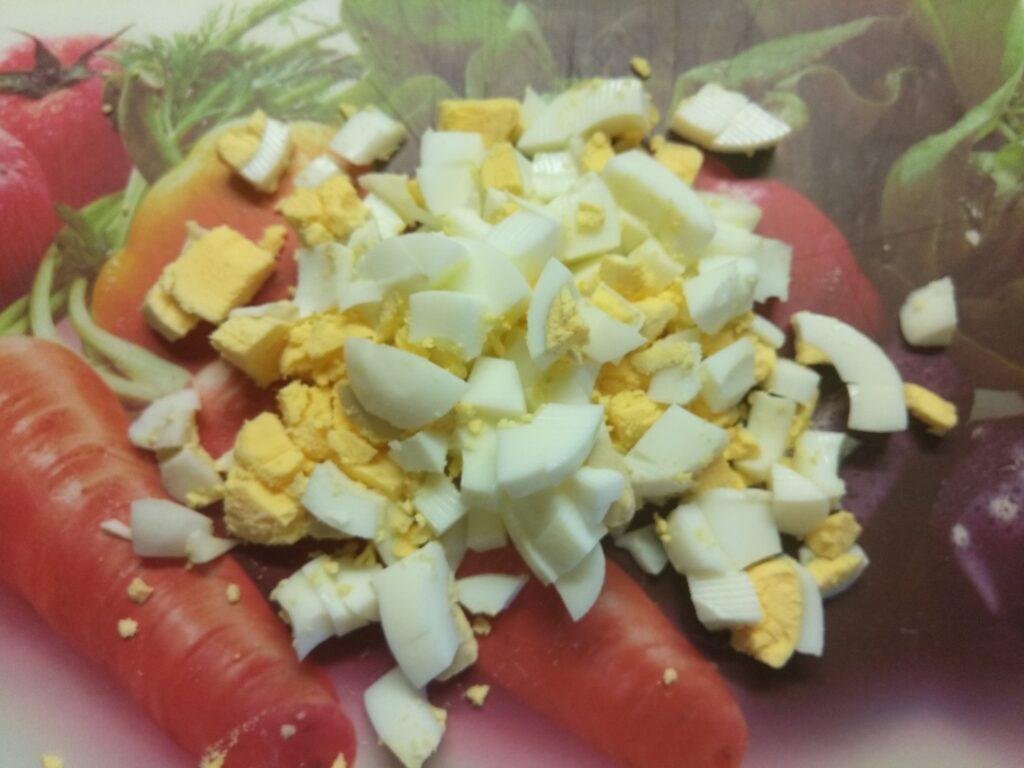 Фото рецепта - Овощной салат с яйцами и имбирем - шаг 5