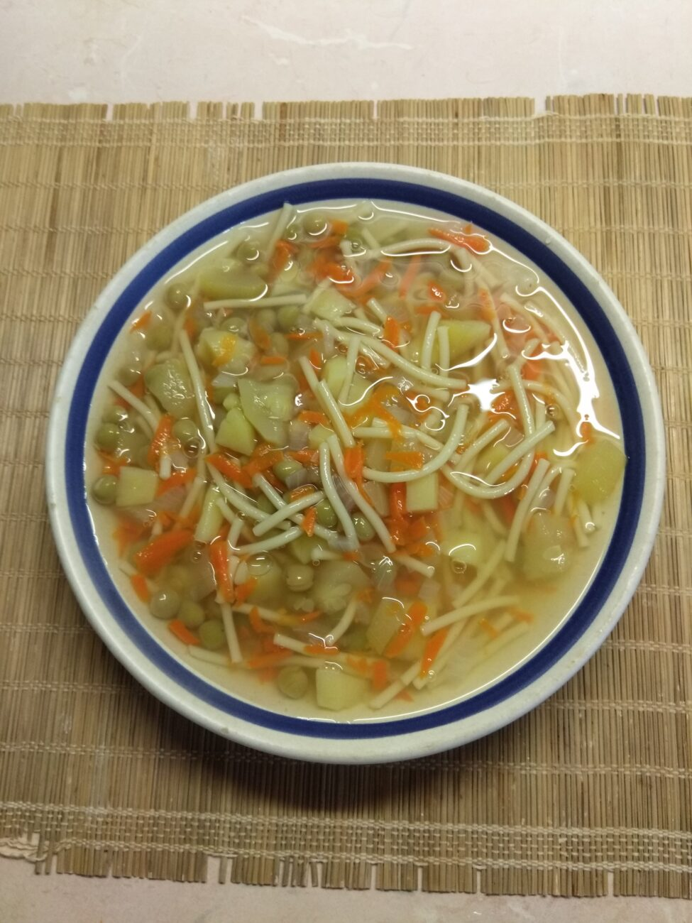 Овощной суп с горошком, кабачками и макаронами