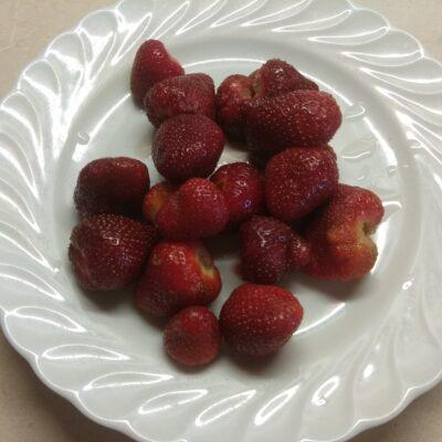 Фото рецепта - Клубничное желе с йогуртом - шаг 3