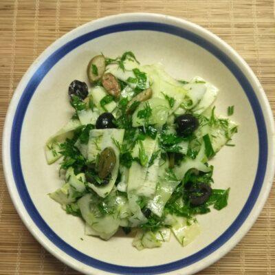 Зеленый салат и кабачков и огурцов - рецепт с фото