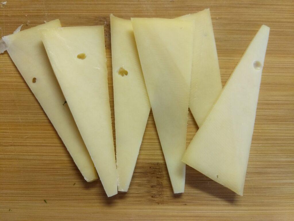 Фото рецепта - Яичная запеканка с копченой грудинкой, зеленью и сыром - шаг 4