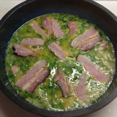 Фото рецепта - Яичная запеканка с копченой грудинкой, зеленью и сыром - шаг 5