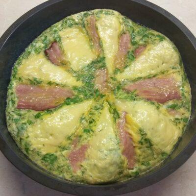 Фото рецепта - Яичная запеканка с копченой грудинкой, зеленью и сыром - шаг 7