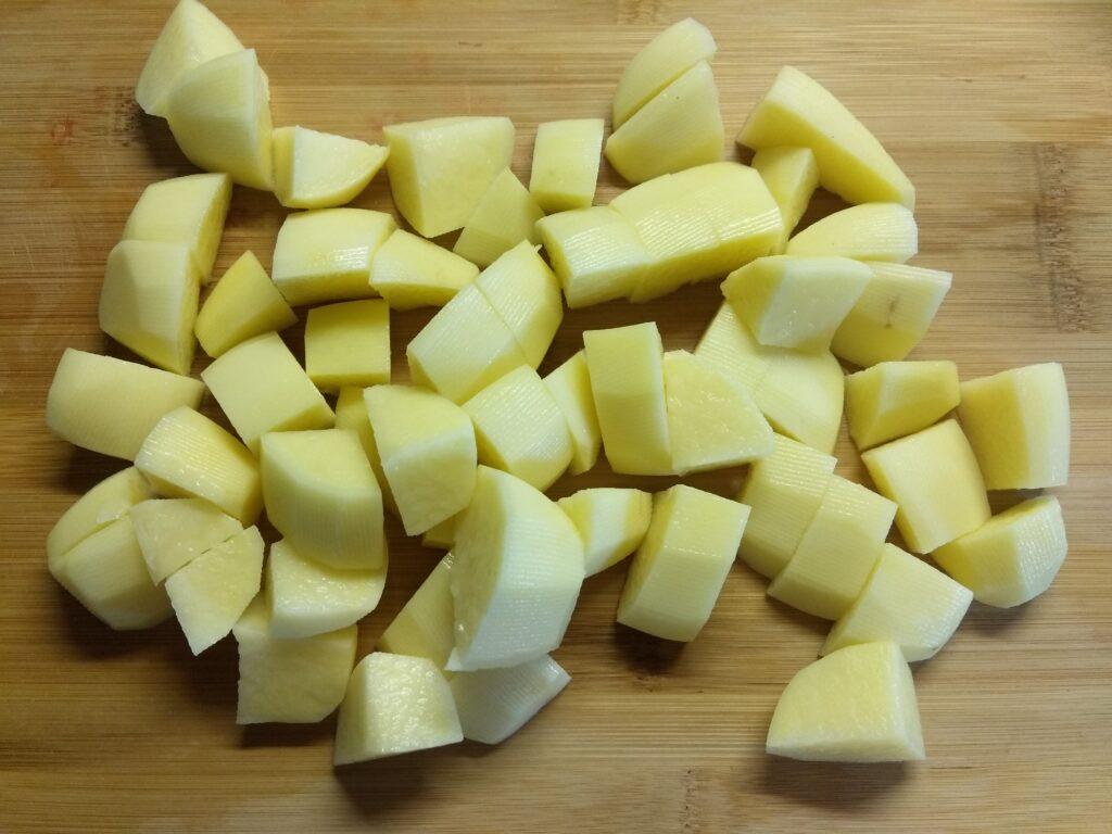 Фото рецепта - Картофельное рагу с капустой, консервированным горошком и сардельками - шаг 1