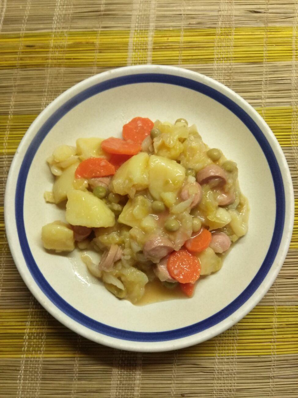 Картофельное рагу с капустой, консервированным горошком и сардельками