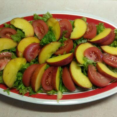 Фото рецепта - Летний салат из овощей и фруктов - шаг 3