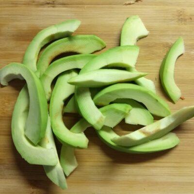 Фото рецепта - Летний салат из овощей и фруктов - шаг 4