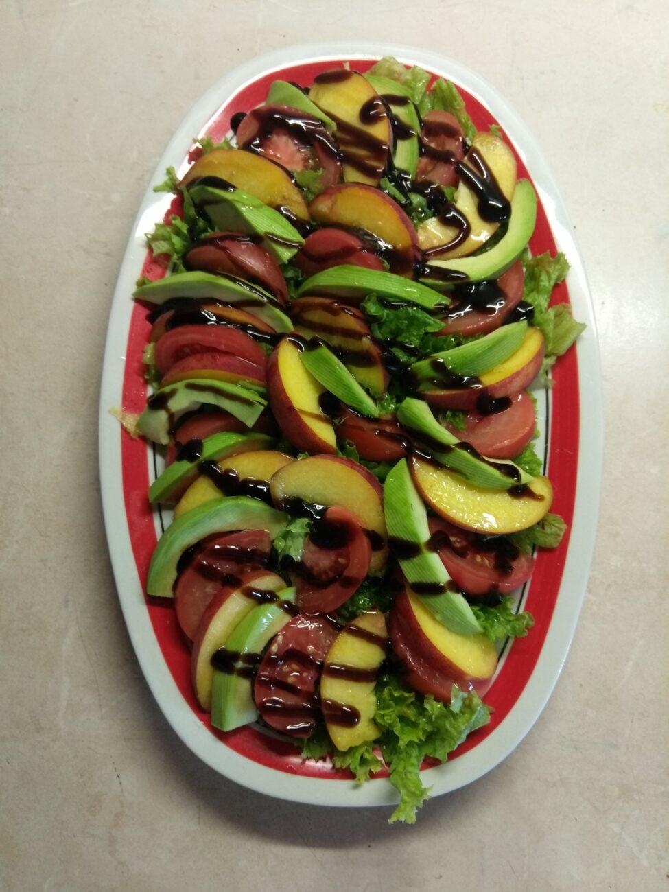 Летний салат из овощей и фруктов