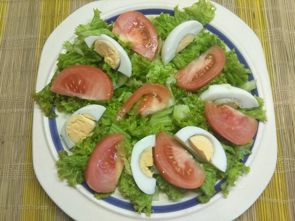 Фото рецепта - Салат с авокадо, помидорами и яйцами - шаг 3