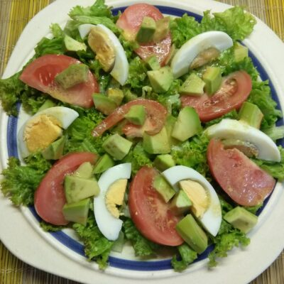 Фото рецепта - Салат с авокадо, помидорами и яйцами - шаг 5