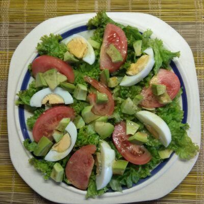 Салат с авокадо, помидорами и яйцами - рецепт с фото