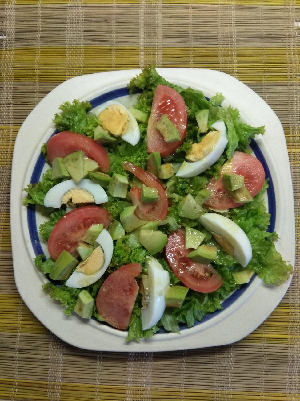 Салат с авокадо, помидорами и яйцами